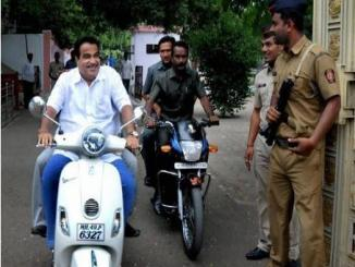 Nitin Gadkari old image without helmet viral now